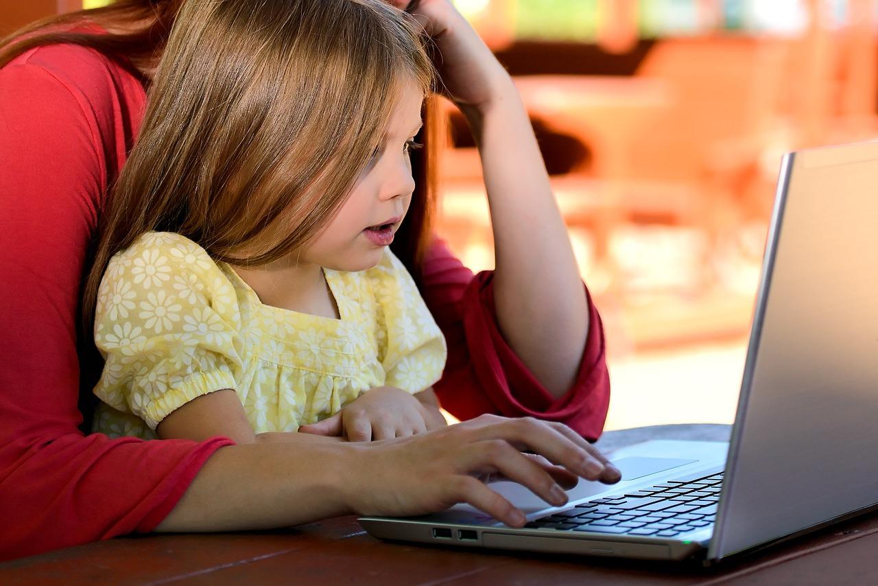 child using tech-1073638_1280