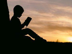 boy reading book-2572105_640