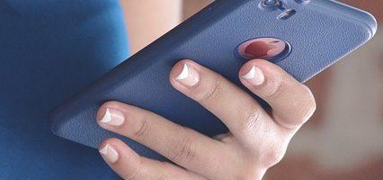 teen using-device-1577035_640